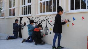 Öğrenciler, okul duvarlarını renklendirerek sosyalleşiyor