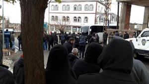 Kocaköy'de elektrik kaçağını önleyen sistemin kurulumu sırasında gerginlik