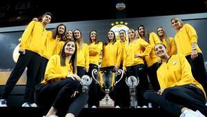 VakıfBankın şampiyonluk kupası yönetim kuruluna takdim edildi