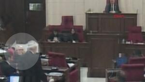 KKTC meclisinde kürsüye çıkan vekile, diğer vekil öpücük gönderdi