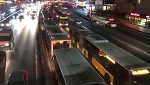 Metrobüs arıza yaptı... Trafik kilitlendi