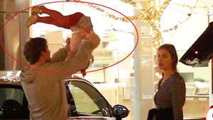 Ünlü oyuncu bebeğini havada salladı