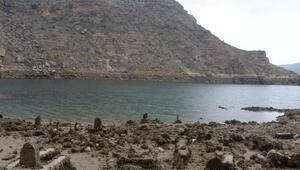 Barajdaki suyun tahliyesiyle tarihi yapılar gün yüzüne çıktı