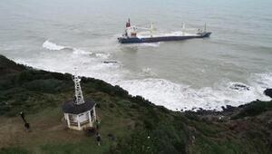 Şilede dalgalarla boğuşan gemi havadan görüntülendi