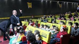 Mengenli çocuklar gezen sinema ile ilk kez sinemaya heyecanı yaşadı