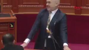 Mecliste yumurtalı saldırıya uğradı
