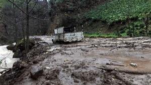 Rize'de sağanak sel ve heyelana yol açtı, yollar kapandı