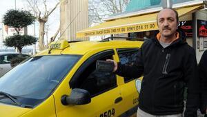 Taksici, aracında unutulan çantadaki altınların sahibini arıyor