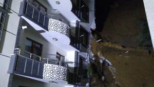 Yalovada istinat duvarı yıkılan 2 bina toprak yığını altında kaldı
