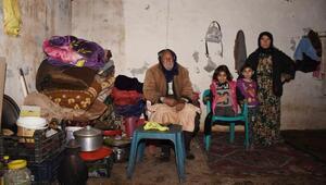 Barakada yaşayan aileye ev hediye etti