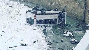 Son dakika... Minibüs dereye devrildi: Yaralılar var