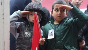 Küçük çocuklardan duygulandıran hareket Dakikalarca böyle beklediler…