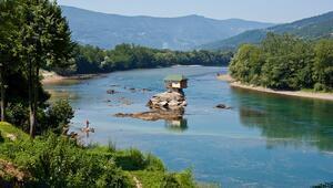 Nehrin ortasındaki ilginç ev Turistlerin uğrak noktası haline geldi...