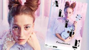 Alice geliyor