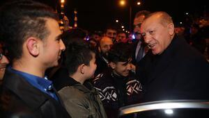 Erdoğan, Külliyedeki tiyatro sonrası öğrencilerle sohbet etti