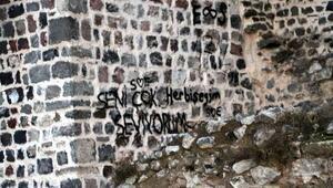 Tarihi Niksar Kalesinin surlarındaki yazılar tepki çekti