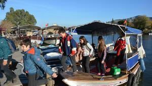 Öğrenciler okula tekneyle gidiyor