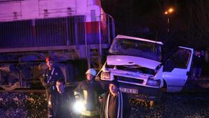 Kontrolsüz hemzemin geçitte tren, minibüse çarptı: 5 yaralı