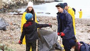 Liseliler sahil temizledi