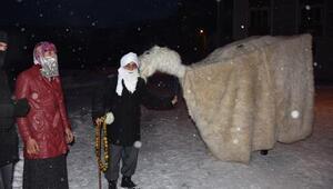 Yeni yıla deve oyunu ile bahşiş toplayarak girdiler