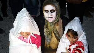 Çarşaflara bürünerek genç yaşlı sokağa çıktılar Edirnede şaşırtan görüntüler...