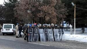 Çini protesto için İstanbuldan Ankaraya yürüyen gruba jandarma engeli
