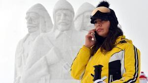 Şehit Mehmetçiklerin kardan heykellerine yoğun ilgi