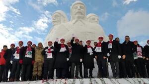Şehit Mehmetçiklerin kardan heykellerinin açılışına Bakan Kasapoğlu katıldı