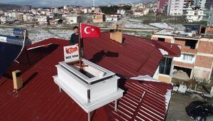 Yaptığı mermer mezarı evinin çatısında sergiliyor