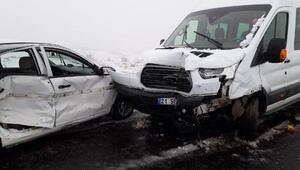 Kardeşlerin kullandığı araçlar çarpıştı: 1 ölü, 8i öğretmen 10 yaralı