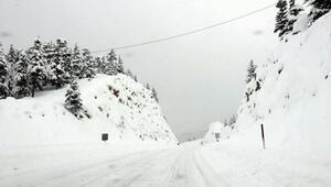 Aksekide 30 mahalle yolu kapandı, Alacabelde kar kalınlığı 1,5 metre oldu