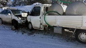 Kamyonet ile otomobil kafa kafaya çarpıştı: 5 yaralı