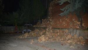 İstinat duvarı 3 otomobilin üzerine yıkıldı
