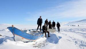 Gazetecilerden buzla kaplı gölde kutlama