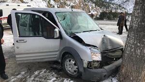 Üzerine yamaçtan kaya parçası düşen hafif ticari araç, ağaca çarptı: 4 yaralı