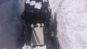 Başkalede 4 metre karla zorlu mücadele