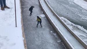 Buz tutan Çoruh Nehrinde paten yaptılar