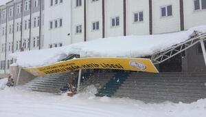 Adıyamanda okulun girişindeki çatı kardan çöktü