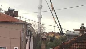 Fırtına minarenin külahını yana yatırdı