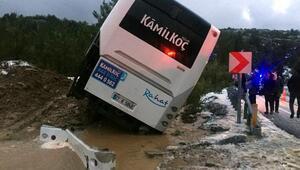 Yolcu otobüsü şarampole devrildi, kaymakam yolculara yemek verdi