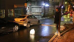 Şişlide aydınlatma direği otomobilin üstüne devrildi