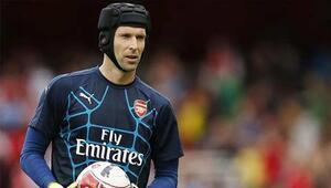 Petr Cech kaskını çıkarıyor