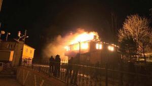 İtfaiye olmayan ilçede, 2 katlı bina alev alev yandı
