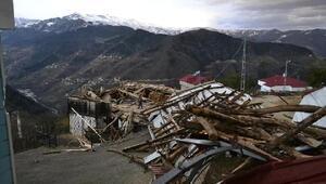 Trabzonda fırtınada çatılar uçtu, ahırın duvarı yıkıldı