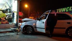Manav dükkanına giren sürücü, otomobili bırakıp kaçtı