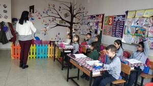 Bu okulda anneler öğretmen olarak derslere giriyor