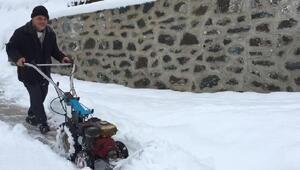 Ot biçme makinesiyle Karadeniz usulü kar küreme
