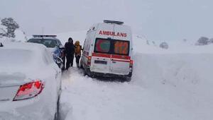 Kara saplanan ambulansta mahsur kalan 3 sağlık çalışanı 19 saat sonra kurtarıldı