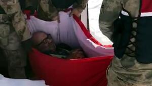 Askerler, hastayı karlı yolda 2 kilometre taşıdı