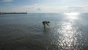 Sıcak havayı görünce denize girdi